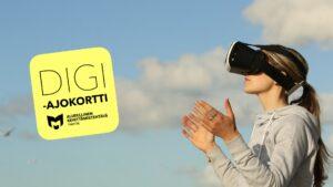 Kuvassa on nuori nainen, joka katselee Virtuaalitodellisuus-laseilla kaukaisuuteen. Takana pilviä ja kuvassa on myös digiajokortti-logo.