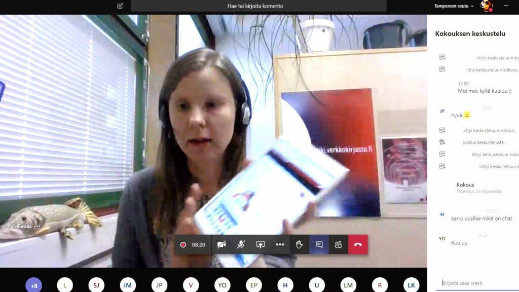 Kuvakaappaus Teams-alustasta ja kirjastonhoitajasta esittelemässä palveluita videoyhteyden avulla.