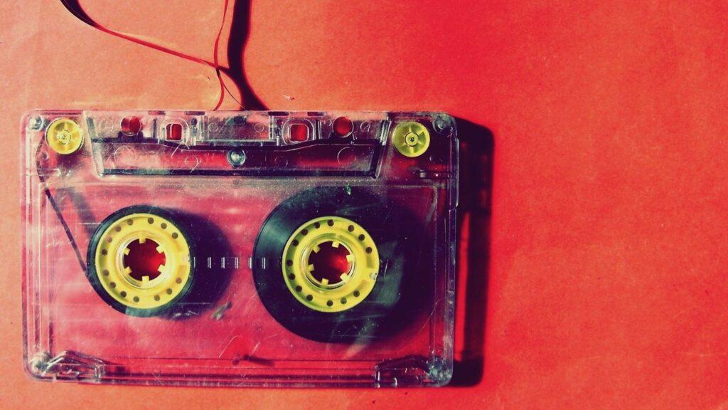 Kuvassa on vanha C-kasetti.