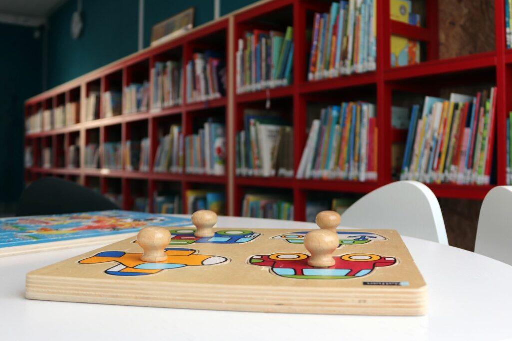 Peli Nekalan kirjaston pöydällä.