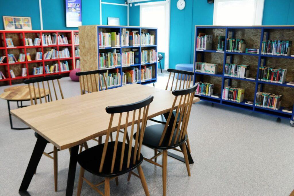 Pöytä ja tuoleja Nekalan kirjastossa.