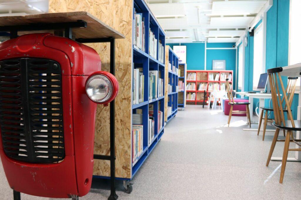 Traktorihylly kirjastossa.