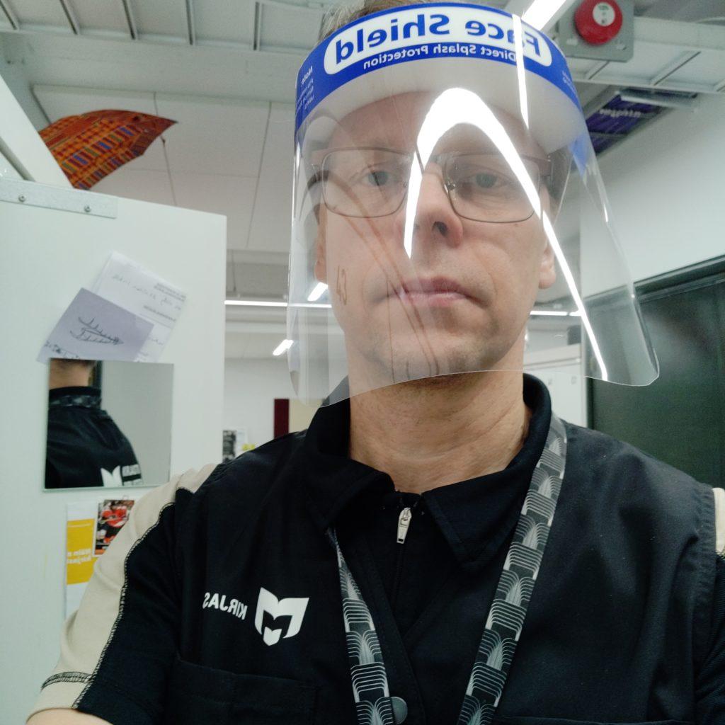 Kuvassa tietopalvelusihteeri Pekka Ollikainen testattavan työasusteen, liivin, kanssa.