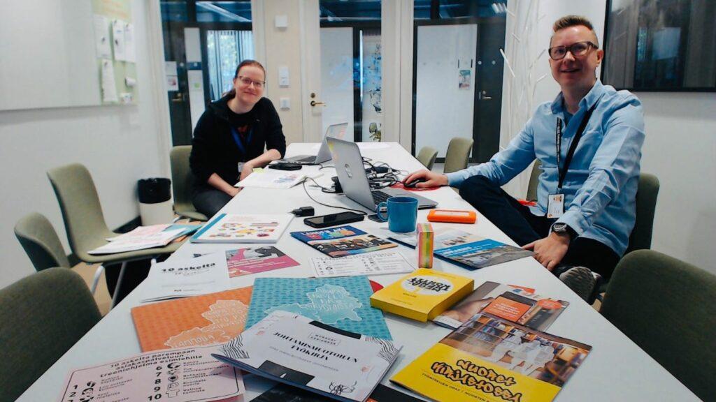 Kuvassa ovat projektisuunnittelija Salla Hyökki ja koordinaattori Jarkko Rikkilä.