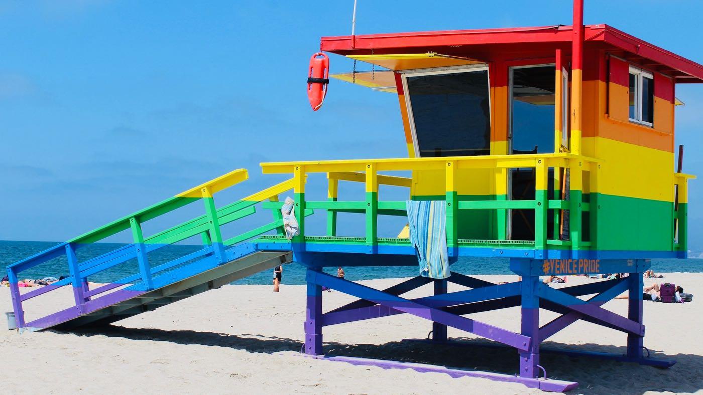 Kuvassa hengenpelastuskoppi sateenkaaren väreissä.