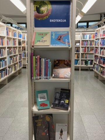 Kuvassa kirjaston hyllynpäätyyn koottu kirjanäyttely, jossa kirjankansia aiheesta ekotekoja.