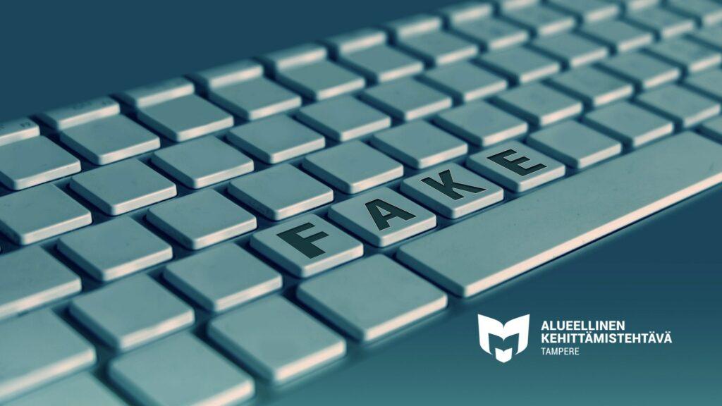 Kuvassa on näppäimistö, jossa lukee FAKE. Lisäksi oikeassa alareunassa on alueellisen kehittämistehtävän logo.